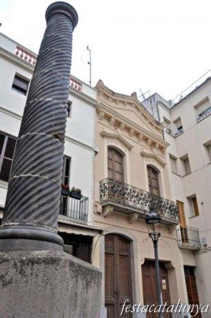 Canet de Mar - Carrer Ample (Casa número 37 i columna modernista)