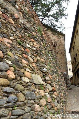 Sant Pere de Vilamajor - Muralles i fossats del castell