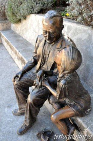 Pobla de Claramunt, La - Nucli antic (Escultures al carrer: L'avi i la nena)