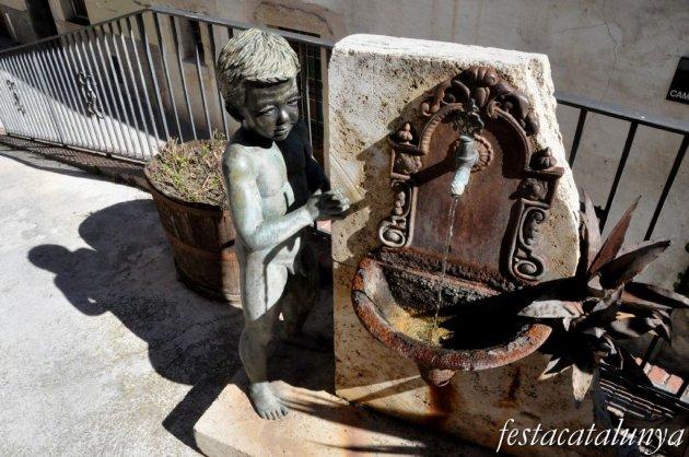 Pobla de Claramunt, La - Nucli antic (Escultures al carrer: El nen i la font)