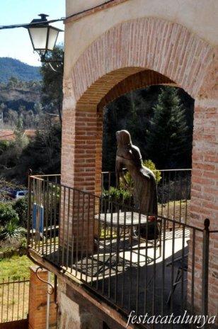 Pobla de Claramunt, La - Nucli antic (Escultures al carrer: Noia al balcó)