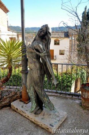 Pobla de Claramunt, La - Nucli antic (Escultures al carrer: Noia i fanal