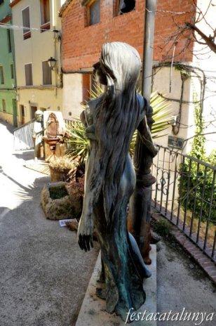 Pobla de Claramunt, La - Nucli antic (Escultures al carrer: Noia i fanal)