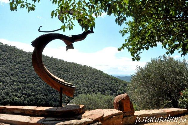 Bigues i Riells - Escultura Arribada de Ferran Capdevila a Sant Bartomeu de Mont-ràs
