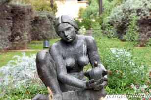 L'Hospitalet de Llobregat - Can Boixeres - Escultura La Noia del Colom